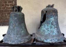 Le campane, una del 1523 e l'altra del 1744, ritrovate durante gli scavi per la costruzione della scalinata  - foto archivio Pro Loco